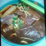 ID:B牛  香港是美食天堂,車仔麵品種很多,想像到的食材也可加入,還有各種粉麵可供選擇。 我這碗是豬皮,豬紅,蘿蔔再加油麵